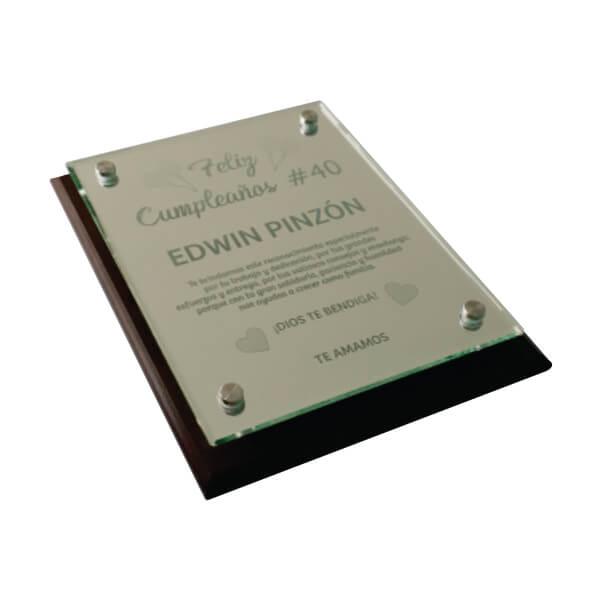 placa de reconocimiento en madera con espejo grabado laser y dilatadores 3