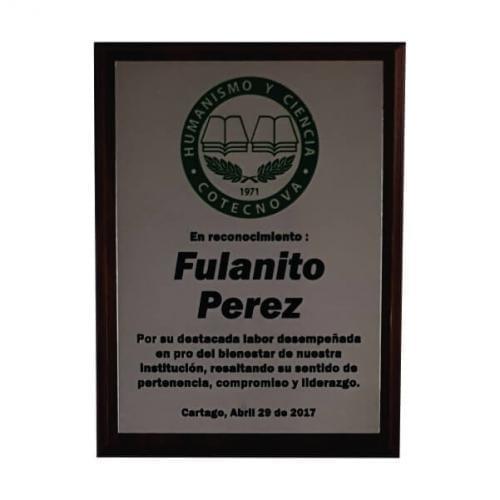 placa de reconocimiento en madera con fotograbado