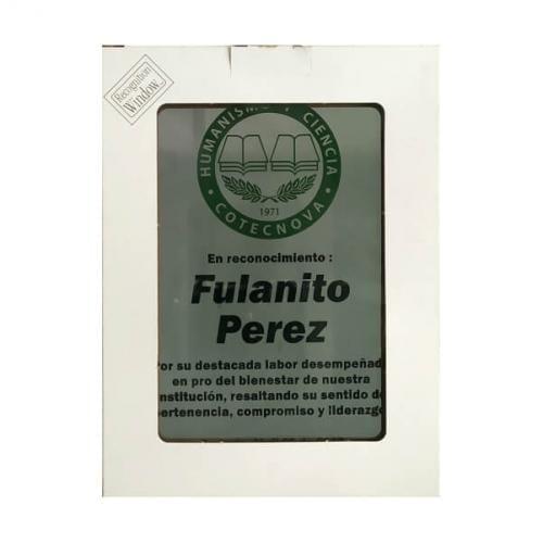 placa de reconocimiento en madera con fotograbado y caja de presentacion