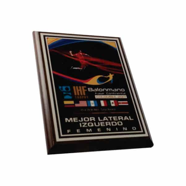 placa de reconocimiento en madera con lamina sublimable vista lateral