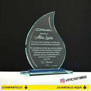 Hermosa placa en vidrio en forma de flame para regalarle a un compañero de trabajo que se despide de sus compañeros