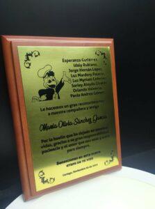 Placa de madera con lamina de bronce laserable con lindo mensaje de despedida para compañero