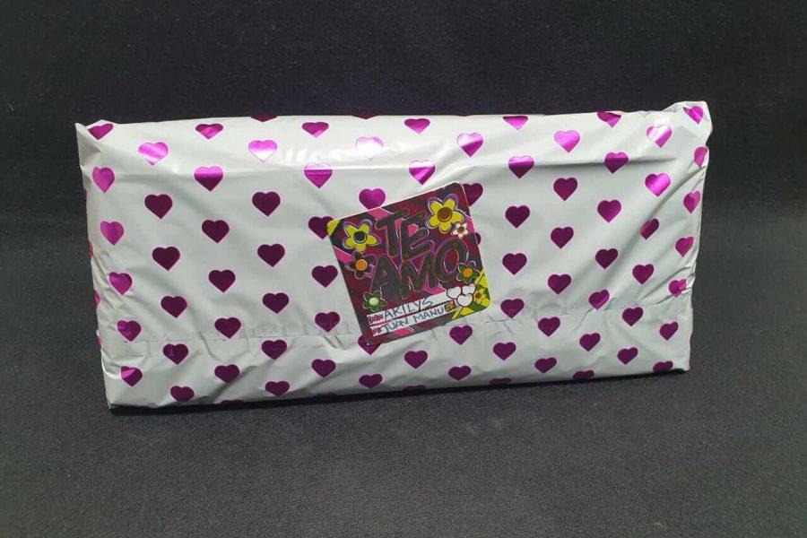 Hablador empacado en papel de regalo para dar sorpresa